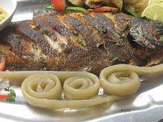 poisson braisé accompagné de miondo Succulent plat camerounais qui se fait sur la braise. A consommer tout chaud miam miam