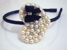 Linda Tiara flexível forrada com cetim e coração com meia pérolas , strass e laço Azul Marinho. Um luxo.