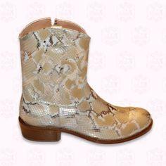 Sehr Schicke Cowboy Stiefel mit schlangeneffekt, mit braunen Zeichnungen in grau und beige. Glänzend. Besticktes ausgeschnittenes Leder mit Motiven . Der ganze Stiefel ist aus echtem Leder.  Dieser Stiefel trägt sich perfekt zu Weissem und Ibiza- Stil Kleidern.  125,97€
