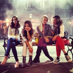 Troian Bellisario (Spencer Hastings) , Lucy Hale (Aria Montgomery) , Ashley Benson (Hanna Marin) , & Shay Mitchell (Emily Fields) - Pretty Little Liars Pretty Little Liars Actrices, Lucy Hale Photos, Films Netflix, Pretty Little Liers, Pll Cast, Pretty Little Liars Seasons, Prom Photos, Film Serie, Best Shows Ever
