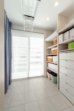 おっきな吹き抜けにおっきな窓!LDK22帖の大空間に機能性も盛り込まれたお家 Minimalist Room Design, Happy Home Designer, My First Apartment, Laundry Drying, Creative Storage, Paint Colors For Living Room, Laundry In Bathroom, Storage Spaces, Storage Room