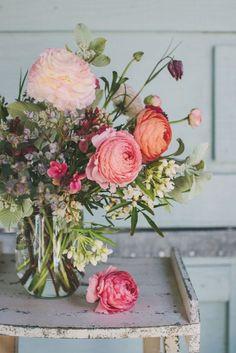 Wat een lief bosje bloemen. | Bloemen | Boeket | Vaas | Roze | Styling | #bloemen #bloemenmeisje #kleuren