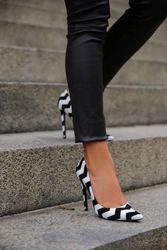 Black Leggings Black and White Chevron Heels! Fancy Shoes, Pretty Shoes, Crazy Shoes, Beautiful Shoes, Cute Shoes, Me Too Shoes, Pumps Heels, High Heels, Viva Luxury