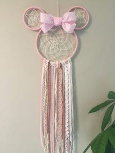Pink Minnie Mouse Dreamcatcher with bow. Any little Disney princess will love this Minnie Dreamer in her room. Minnie Mouse Bow, Pink Minnie, Minnie Mouse Room Decor, Mouse Ears, Disney Diy, Disney Crafts, Dream Catcher Decor, Making Dream Catchers, Baby Girl Nursery Themes