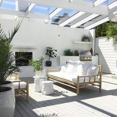 :: Coastal Home Decor Pins 102 :: White outdoor sitting area perfect for entertaining and relaxing Indoor Outdoor Living, Outdoor Areas, Outdoor Rooms, Outdoor Decor, Outdoor Sitting Areas, Outdoor Dining, Backyard Beach, Balkon Design, Luz Natural