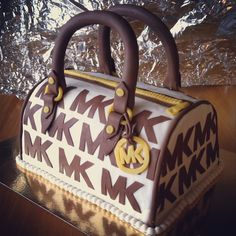 Michael Kors cake Unique Cakes, Creative Cakes, Handbag Cakes, Purse Cakes, Michael Kors Cake, Haute Cakes, Cakes Plus, Different Cakes, Cake Board