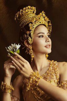 Thai Traditional Dress, Traditional Fashion, Traditional Outfits, Wedding Couple Poses Photography, Photography Poses, Cambodian Wedding, Fit Women Bodies, Thai Fashion, Thai Dress
