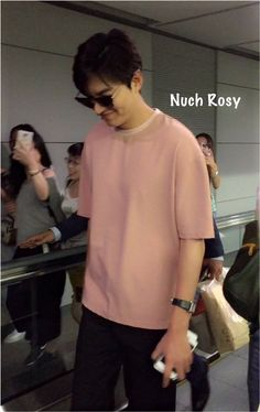 2016 July 23 (Sat) |  #ActorLeeMinHo #LeeMinHo | Arrival | Incheon Airport | #Fashion | #Pink Sweatshirt |  RETURN from #HK #HongKong | AFTER attended 3 #Events on 22 & 23 July | #Movie #BountyHunters |   (Photo & Source:  Nuch Rosy LeeMinHo (@Rosypoonpun) | Twitter  | 23 July 2016 (Sat) |  Set of 4 |  P01 of P04 | THIS Post: 24 July 2016 (Sunday)