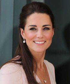 20 Kate Middleton Hairstyles That Will Make You Feel Like A Princess - My Stylish Zoo Kate Middleton Makeup, Kate Middleton Pregnant, Kate Middleton Style, Prince William And Kate, William Kate, Beauty Makeup, Hair Makeup, Hair Beauty, Barely There Makeup