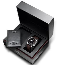The set of the Oris Royal Flying Doctor Service Limited Edition includes a business card wallet in genuine leather and a localised card with emergency numbers. Gift Box For Men, Bday Gifts For Him, Gifts For Boys, Birthday Gifts, Gifts For Your Boyfriend, Brand Packaging, Holiday Gift Guide, Groomsman Gifts, Card Wallet