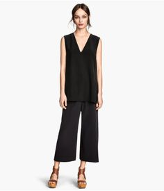 PREMIUM QUALITY. Wide-leg, 3/4-length pants in silk. Pleats at front, side pockets, and back pockets.