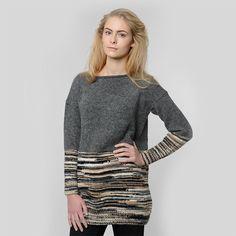 Strik denne smukke sweater til kvinder, selvom du aldrig før har strikket, eller det er længe siden, du sidst har haft gang i strikkepindende. Det er et rigtig godt strikkeprojekt til begyndere, da du blot skal kunne strikke ret og vrang. Du skal altså ikke ud i en masse svære strikketeknikker. Striktrøjen har en stor farvet flade i toppen, og i bunden bruger du en speciel strikkenøgle, som du selv sammensætter, til at skabe det stribede mønster.  I strikkekittet får du fire flotte farver…