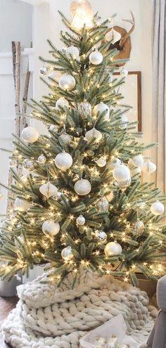 Elegant Christmas Trees, Christmas Tree Themes, Noel Christmas, Outdoor Christmas Decorations, Rustic Christmas, Holiday Decor, Decorated Christmas Trees, Vintage Christmas Trees, Farmhouse Christmas Trees