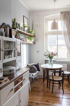 Schmale vintage küche dining room дизайн дома, дом мечты и квартира мечты. Apartment Kitchen, Apartment Living, Kitchen Interior, Kitchen Decor, Kitchen Living, Kitchen Ideas, Interior Livingroom, Kitchen Nook, Interior Plants