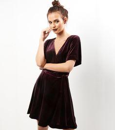 Robe portefeuille violet foncé en velours | New Look