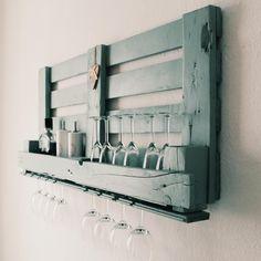 Weinregal aus Paletten.Wir zeigen Dir wie Du ein Weinregal aus Europaletten im DIY selber bauen kannst. Hier kannst Du es auch kaufen.Günstige Palettenmöbel