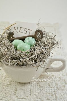 Spring decorations on a shabby chic table - cups Bird Nest Craft, Bird Crafts, Easter Crafts, Diy And Crafts, Bird Nests, Easter Ideas, Oster Dekor, Pot Pourri, Shabby Chic