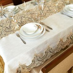 Love the matching table cloth/runner Comment Dresser Une Table, Diy And Crafts, Crafts For Kids, Burlap Table Runners, Linens And Lace, Table Linens, Tablecloth Diy, Tablecloths, Linen Napkins