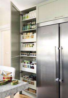Armario despensero junto a frigorífico de acero inoxidable. Grey Dinning Room, Kitchen Dinning, Kitchen Cupboards, Kitchen Pantry, Kitchen Reno, Home Decor Kitchen, Home Kitchens, Kitchen Remodel, Kitchen Appliances