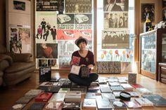 Kポップグループ「BIGBANG(ビッグバン)」やG-DRAGONのグッズに囲まれたソウルの主婦イ・ウヨンさん(2015年3月19日撮影)。(c)AFP/Ed Jones ▼12May2015AFP|Kポップにはまる韓国の中年女性たち、「音楽愛に年齢はない」 http://www.afpbb.com/articles/-/3047835