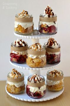 Fun Ideas for Bridal Shower Food Mini Mason Jar Pies- perfect for holiday parties!Mini Mason Jar Pies- perfect for holiday parties! Mason Jar Pies, Mason Jar Desserts, Mason Jar Meals, Meals In A Jar, Mini Desserts, Just Desserts, Dessert Recipes, Mason Jar Cupcakes, Mini Mason Jars