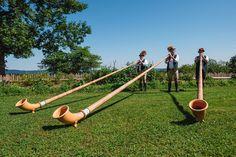 Alphornbläser sind ein Muss auf jedem bayerisch-traditionell angehauchtem Fest! Zur Begrüßung der Gäste, als Einlage zwischen den Gängen oder auch als Abschluss einer Feierlichkeit #bavaria #tradition #alphornblaeser #sommerfest #eventmanagement # festefeiern  Fotografie: http://www.aleksy.de/ www.festefeiern.by