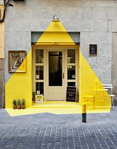 Attracting attention to their restaurant - a painted light beam shines down on the front door and surrounding area. ༺✿ƬⱤღ http://www.pinterest.com/teretegui/✿༻