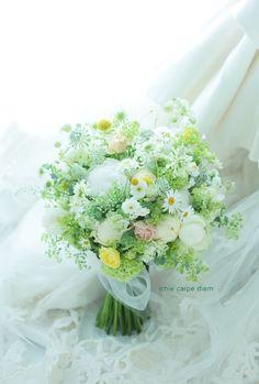 シェ松尾松濤レストランさまへのブーケ、 5月の草花と、芍薬のクラッチブーケです。 明るい黄色をアクセントに。 後日、花嫁様からメールをいただ...