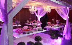 Para a mesa de doces foi montada uma espécie de tenda com lustres de cristais incríveis. O glamour do espaço ficou por conta das bancadas suspensas com doces de todos os tipos.