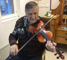 Hän jumaloitsi viuluaan.....  Aimo soittaa taas.