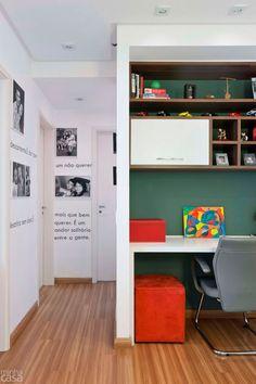 """A valorização da área de passagem deste apartamento em São Paulo coube à designer Ana Maria Mouawad. """"Existiam muitos trechos de parede vazi..."""