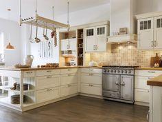 Rustikal und schwer war gestern – aber Behaglichkeit und Liebe zum Detail zeichnen auch diese ausgewählten Landhausküchen von heute aus.