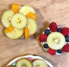 These SunGold Flower Power Fruit Pizzas are a playful and nutritious after-school snack made with whole wheat English muffins, a slightly sweet mixture of Healthy Appetizers, Healthy Dessert Recipes, Vegan Desserts, Baby Food Recipes, Healthy Snacks, Snack Recipes, Pizza Recipes, Delicious Recipes, Fruit Pizzas