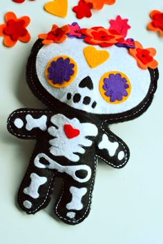 Aesthetic Nest: Craft: Day of the Dead Doll (Free Pattern) Christmas ornament Day Of The Dead Diy, Day Of The Dead Party, Felt Diy, Felt Crafts, Cardboard Crafts, Halloween Crafts, Holiday Crafts, Halloween Stuff, Halloween Makeup