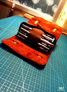 """""""Spoony""""says: ooh yeah.this is clever,cool and sweet. Leather Work Bag, Leather Pencil Case, Leather Roll, Leather Armor, Leather Pouch, Leather Tooling, Leather Gifts, Leather Craft, Leather Books"""