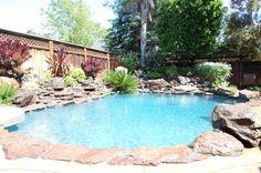 piscina del patio trasero y paisajismo