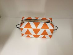 Tuto facile coudre une grande trousse de toilette Couture Madalena - YouTube Sewing Online, Magdalena, Youtube, Coin Purse, Pouch, Crochet, How To Make, Diy, Bags