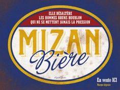 Auguste Derrière - Mizan Bière : Plaque décorative rétro en métal représentant une phrase humoristique sur la bière. Idéal pour créer une décoration vintage avec une pointe de dérision pour votre intérieur, dans un bar, un café ou même une idée cadeau.