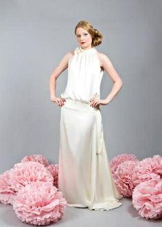 ELLA DECK, HAMBURG, elegantes, lässiges, hüftbetontes Kleid in 20er Jahre Stil mit einer seitlich gelegten Schleppe. Ein absolutes Partykleid in dem das Wollgefühl großgeschrieben ist und jede Braut zum glänzen bringt! https://www.marryjim.com/de/wedding-dress/ella-deck-couture/20er-jahre-stil/id936 Foto: Roman Eichhorst