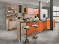WIN ORANGE - Prachtig keukenmodel gekleurd in een feloranje gecombineerd met zachte houtkleurige accenten | Meubelen Crack