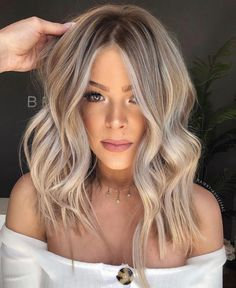Have you tried blonde balayage hair color yet? Wow, this lovely and feminine hair color is sure to attract the envy of others.We have collected 39 stunning blonde balance hair color ideas in 2020 to help you become attractive. Blonde Hair Looks, Make Up Blonde Hair, Blonde Hair For Fall, Cool Toned Blonde Hair, Toning Blonde Hair, Medium Hair Styles, Long Hair Styles, Hair Color Balayage, Blonde Balayage Long Hair