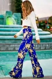 Pantalones hippies. Outfit boho-chic. Pantalones de campana para mujer. Moda retro. Moda años 70.