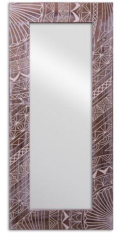 Неповторимый рисунок натурального дерева и затейливый славянский орнамент. Казалось бы, такое оформление требует соответствующего интерьера. Но представьте это зеркало в современном пространстве, выдержанном в стиле лофт или скандинавском стиле, и вы удивитесь, насколько гармонично оно дополнит окружающую обстановк