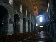 Monasterio de Ripoll (Girona). Interior de la iglesia. Se observa el característico uso de pilares de sección cuadrada como soporte, típico del primer románico catalán.