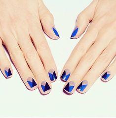 Un manicure con tres colores increíbles: azúl marino metálico, azul rey metálico y capuccino.