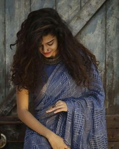 Mithila Palkar is on the verge of a major breakthrough as her new Bollywood movie 'Karwaan' has taken strong start at the box office. Indian Photoshoot, Saree Photoshoot, Saree Hairstyles, Trendy Hairstyles, Girl Photo Poses, Girl Poses, Mithila Palkar, Saree Poses, Portrait Photography Poses