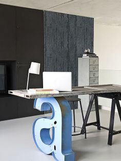 Home office com mesa divertida