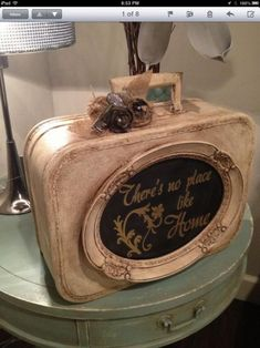 I love how they put a frame with chalkboard in the center onto a suitcase. Very nice shabby chic piece. Vintage Suitcases, Vintage Luggage, Picture Frame Crafts, Picture Frames, Vintage Diy, Vintage Decor, Design Vintage, Vintage Market, Painted Suitcase