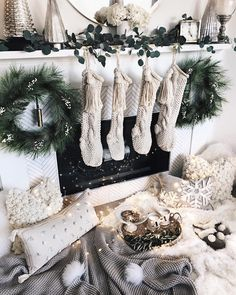 The Christmas countdown is just launched! Bring the magic of Christmas to your home! Because it is not always easy to imagine a Christmas decoration and holiday table consistent and really like you, deco. Christmas Greenery, Decoration Christmas, Cozy Christmas, Christmas Photos, White Christmas, Christmas Stockings, Christmas Holidays, Christmas Wreaths, Holiday Decor