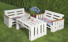 Návod - Ako si vyrobiť nábytok z paliet - HORNBACH.sk Pallet Garden Furniture, Wood Furniture, Outdoor Furniture Sets, Palette Sofa, Outside Decorations, Recycled Pallets, Outdoor Chairs, Outdoor Decor, Pallet Art